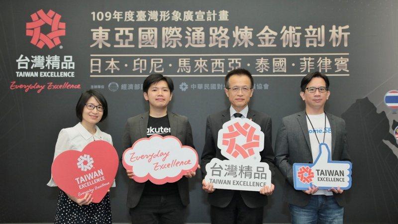 PChomeSEA經理郭宏琪(左起)、外貿協會行銷處吳俊澤處長、台灣樂天市場經理...