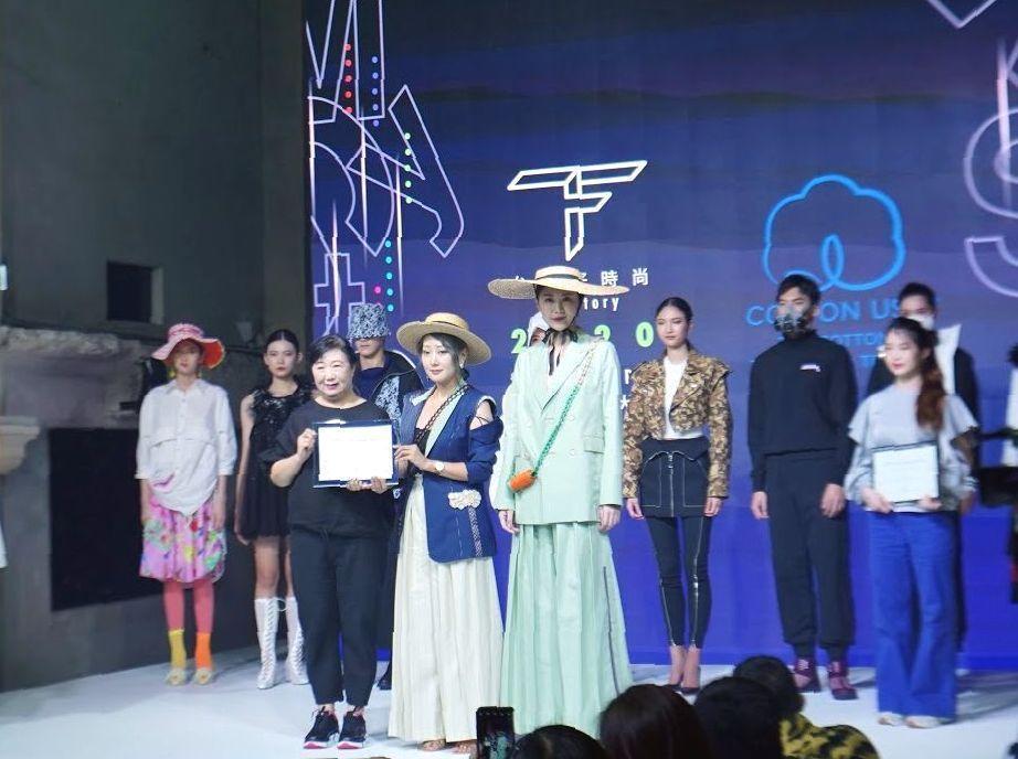 美國國際棉花協會代表邱秀玲(前排左一起)頒獎給美國棉時尚獎(COTTON USA...