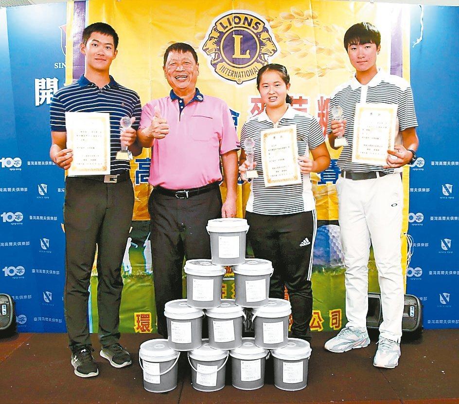 環泰企業集團總裁康國鋒(左二起)與第8屆麥芽糖盃高爾夫球培訓選手公益活動賽,女子...