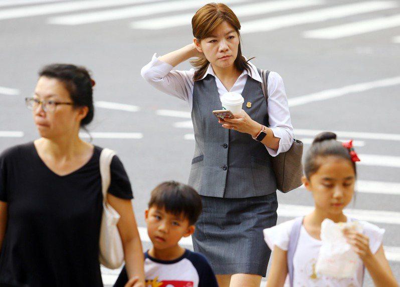 面對疫情年,像是南韓、澳洲兩國,仍選擇微幅調升基本(最低)工資,但像是日本就維持不變。記者杜建重/攝影