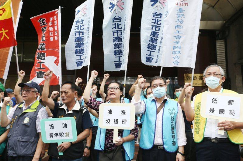 2021年基本工資審議今日舉行,全國產業總工會以及諸多工會團體於勞動部樓下,呼籲基本工資應該調漲。記者曾原信/攝影