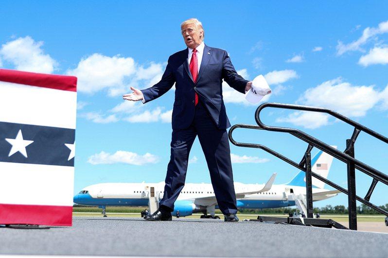 川普在空軍一號專機上告訴記者:「明天會特赦一個非常、非常重要的人。」 路透社