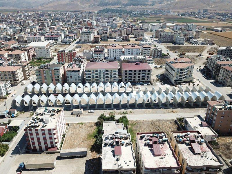 土耳其、敘利亞邊境由台灣出資並歷經4年籌備、設計和興建的台灣-雷伊漢勒世界公民中心(簡稱台灣中心,圖正中央工地)即將完工。圖攝於11日。(Ismail Cortuk提供)中央社