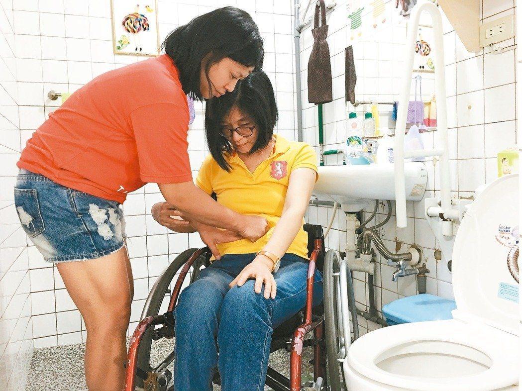 護理師提醒,從高處墜落輕則骨折,重則失去生命,若不小心傷及脊髓會有生不如死的痛楚...