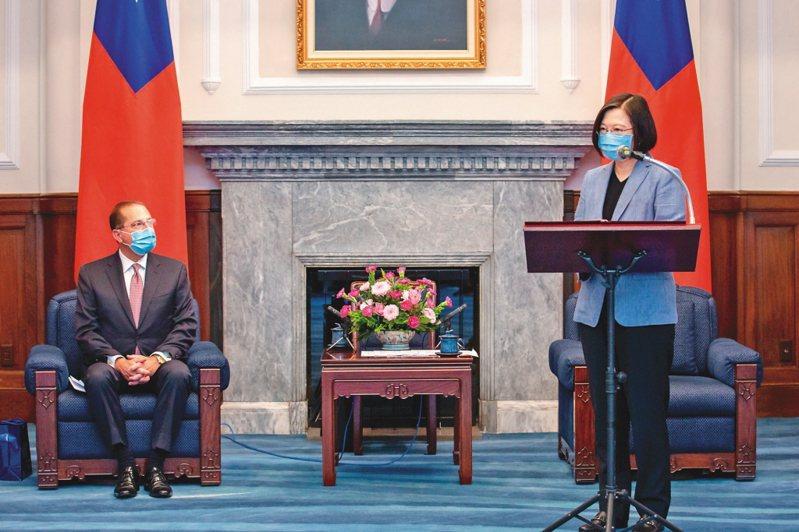蔡英文總統(右)10日接見美國衛生部長阿查爾(左)。圖/總統府提供