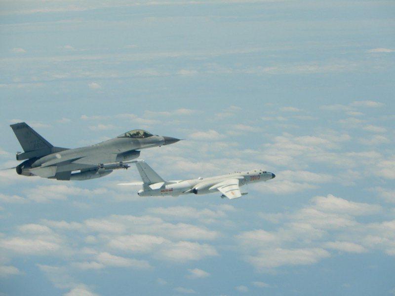 圖為今年初空軍F-16戰機攔截共軍轟六資料照片。圖/國防部