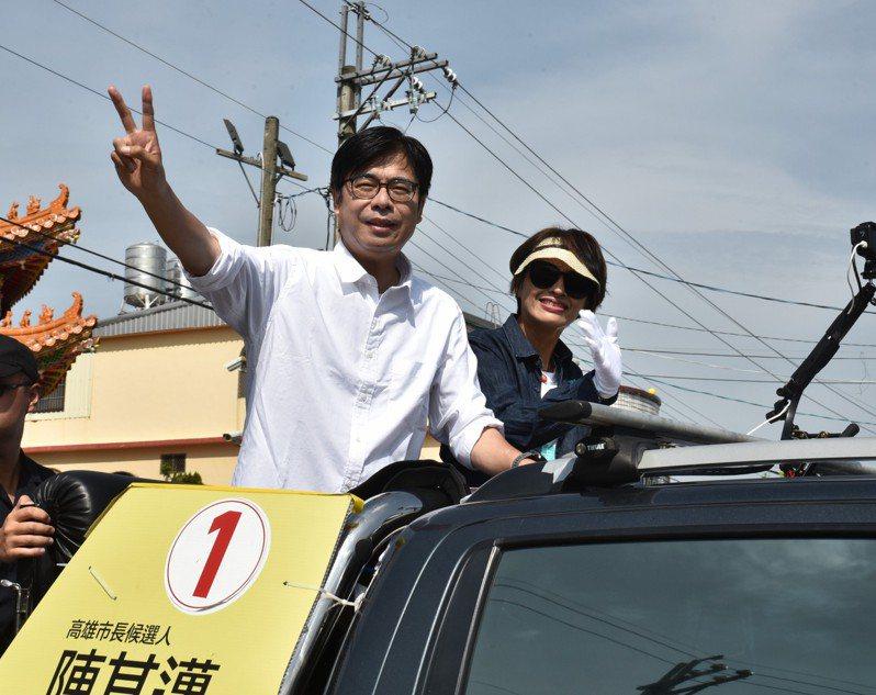 高雄市長當選人陳其邁今早繼續謝票行程,車隊遊行大旗美區感謝市民支持。記者徐白櫻/攝影