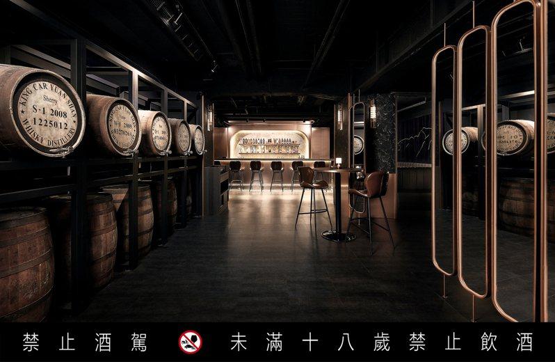 高腳吧台、橡木桶,讓Kavalan Whisky Bar宛如帶人走入威士忌酒窖,氣氛滿點。圖 / KAVALAN提供。