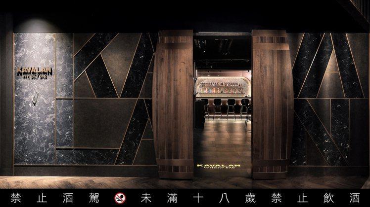 藏身南京東路、新生北路交界口,柏克金燒肉屋木門後的「Kavalan Whisky...
