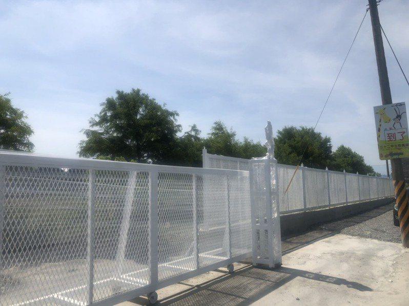 宜蘭五十二甲濕地範圍內被人搭建違規設施,縣府要求限期改善。圖/縣政府提供