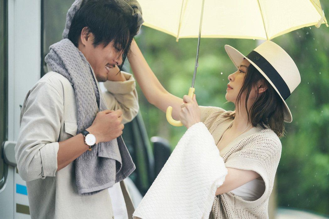 徐若瑄(右)、元康在新歌「再見錯的人」飾演將往很久的情侶。圖/索尼音樂提供
