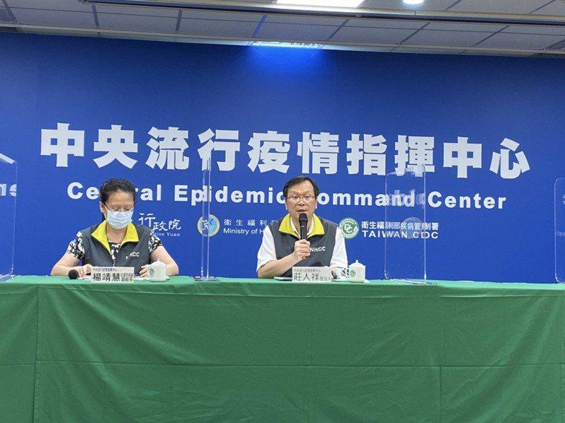 中央流行疫情指揮中心8月18日14:00記者會出席名單左至右為中央流行疫情指揮中心社區防疫組副組長及發言人莊人祥。記者簡浩正/攝影
