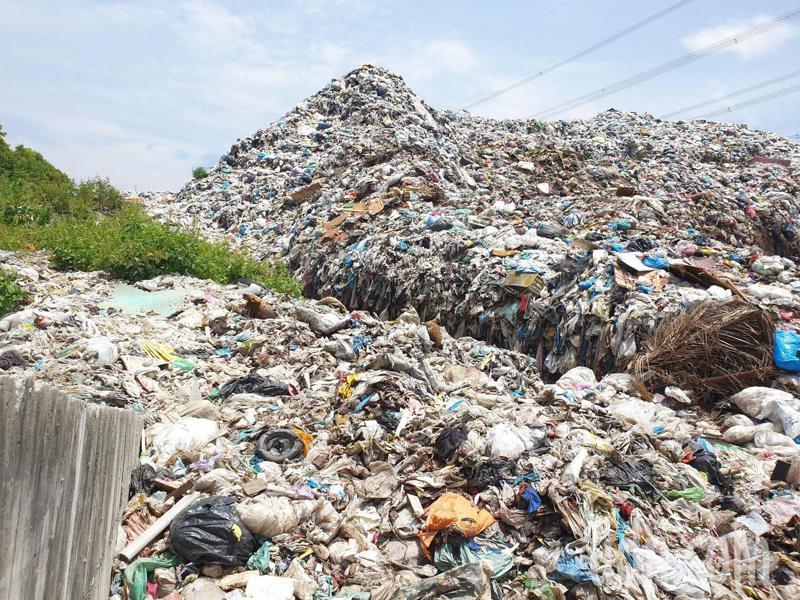 南投縣草屯垃圾場累積近5萬公噸垃圾無法清運,形成超驚人「垃圾山」。記者賴香珊/攝影