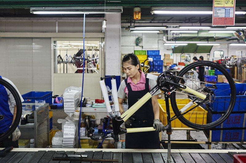 巨大集團預料,全球自行車供不應求情況還會持續一陣子。圖為該公司台中廠7月23日的作業。圖/取自紐約時報