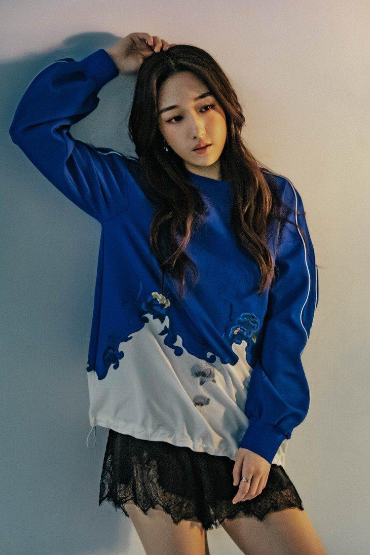 王敏淳以拼接休閒棉衫、內搭蕾絲黑褲展現2020早秋服裝的年輕運動風。圖/夏姿提供