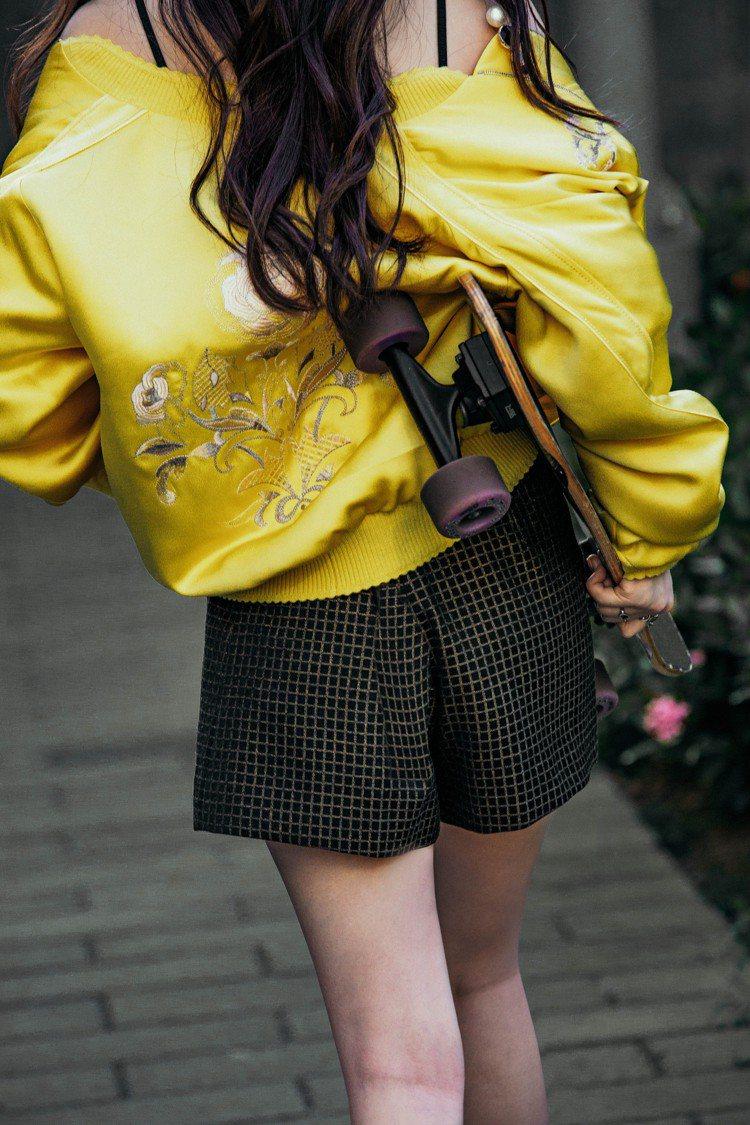 王敏淳身穿夏姿2020早秋緞面刺繡棒球外套、格紋短褲。圖/夏姿提供