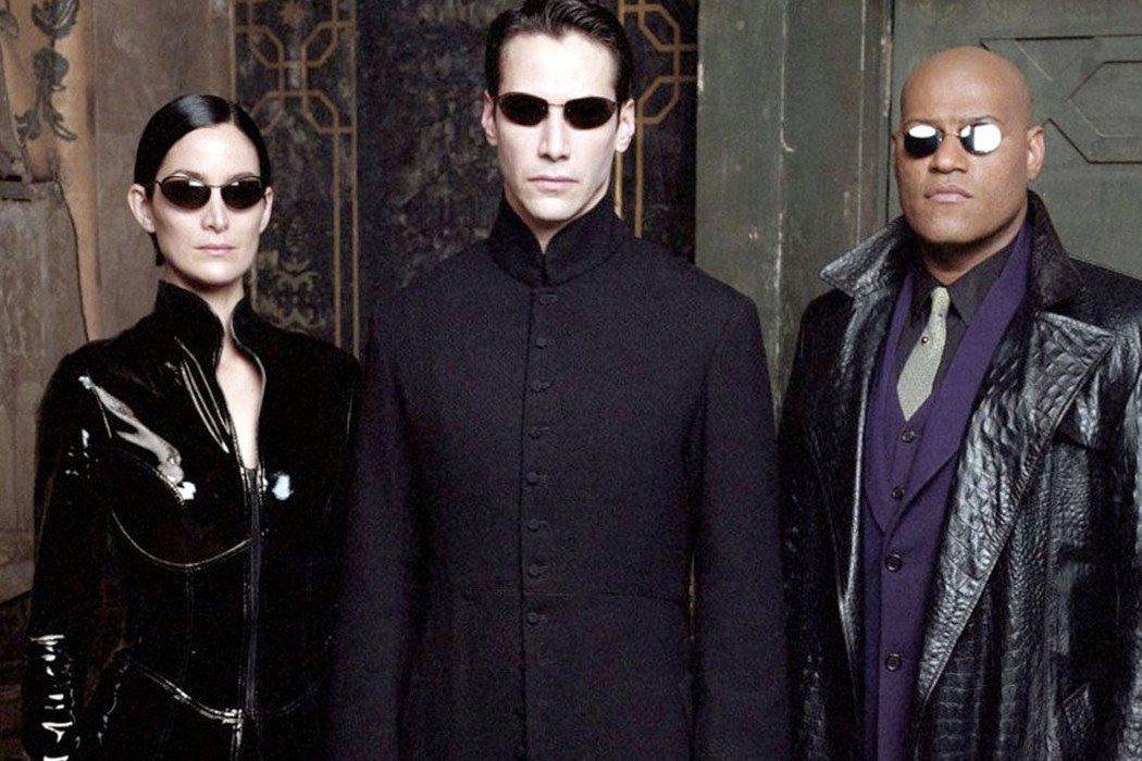 基努李維(中)主演科幻動作片「駭客任務」是許多影迷心目中的經典。圖/摘自推特
