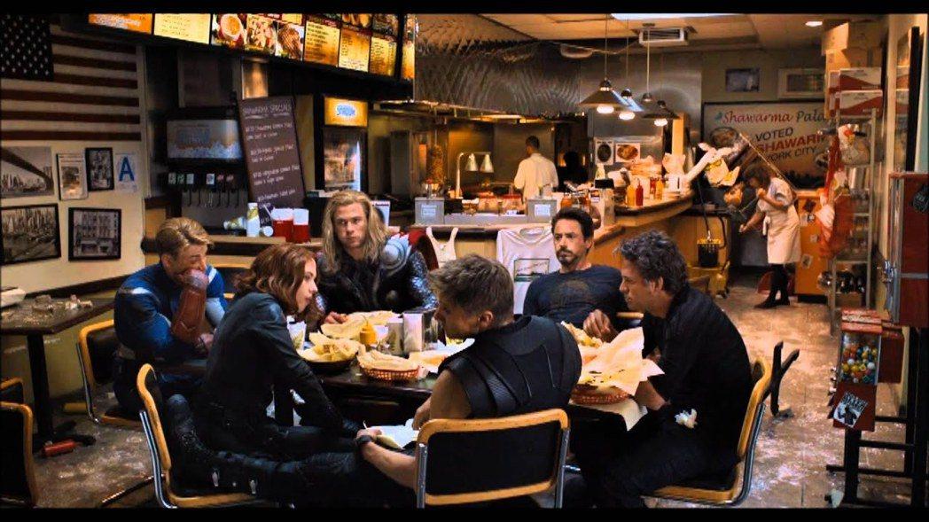 「復仇者聯盟」當初拯救地球後,6位英雄曾齊聚一起去吃沙威瑪。圖/摘自推特