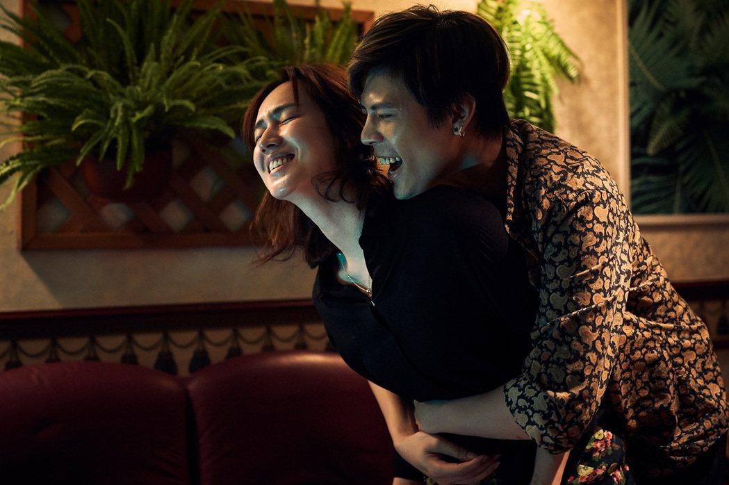柯朋宇(右)與小薰拍床戲。圖/七十六号原子 提供