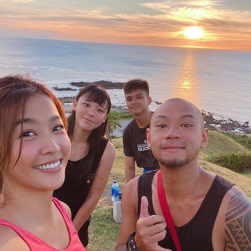 小嫻(左一)和金剛(右二)在南台灣,愛在萌芽。圖/小嫻臉書