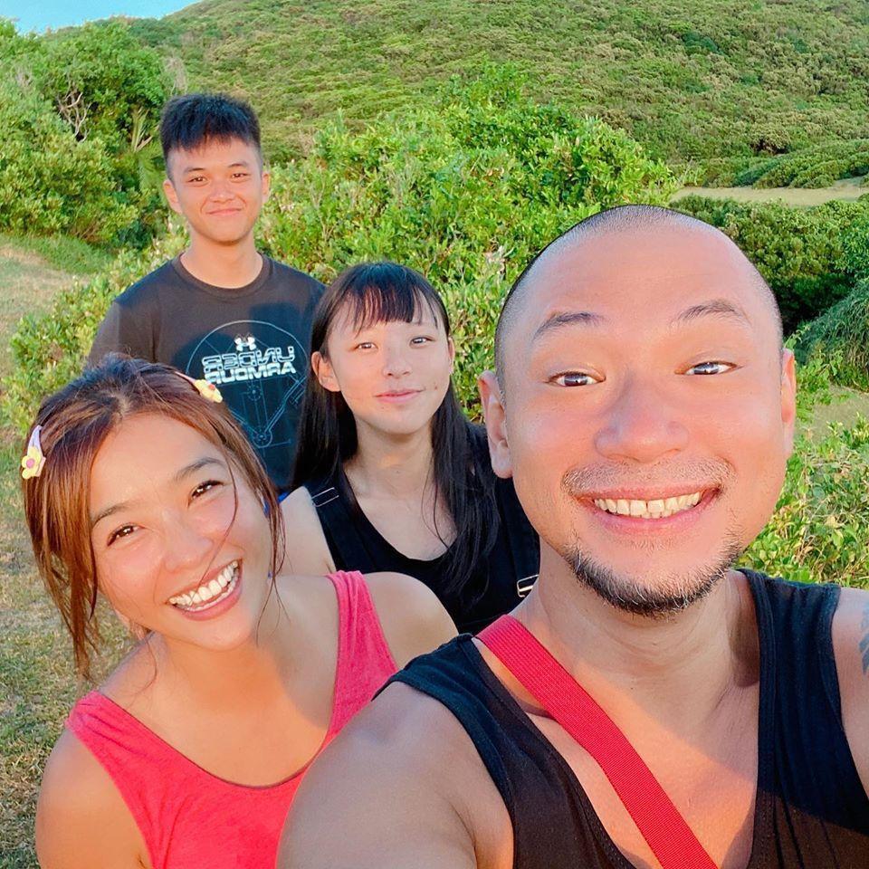 小嫻(左一)和金剛(右一)在南台灣,愛在萌芽。圖/小嫻臉書