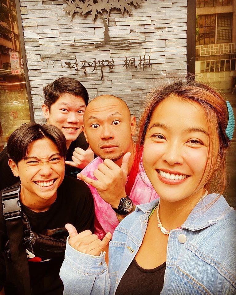 小嫻(右一)和金剛(右二)在南台灣,愛在萌芽。圖/小嫻臉書