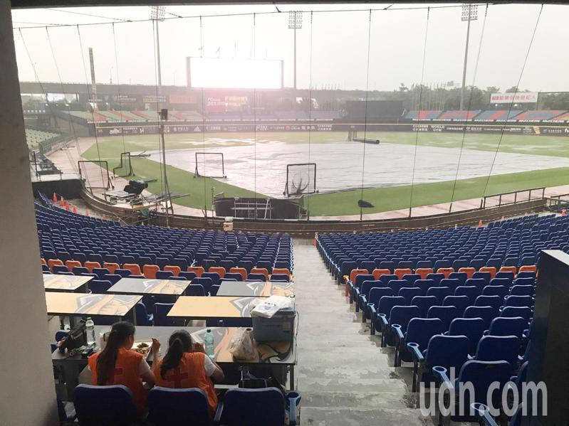 受到大雨的影響,今天晚上中職例行賽擇期再戰。記者黃仲裕/攝影