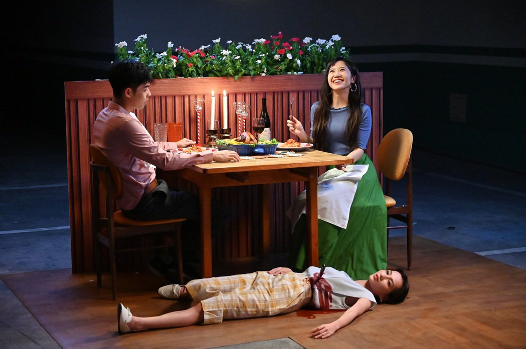 Lulu黃路梓茵(右)在MV中迷昏暗戀對象及其老婆。圖/環球音樂提供