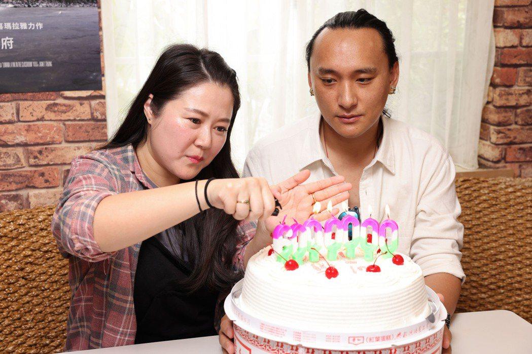 「不丹是教室」導演巴沃(右)、製片賴梵耘(左)接受媒體聯訪,並切票房慶功蛋糕。圖...
