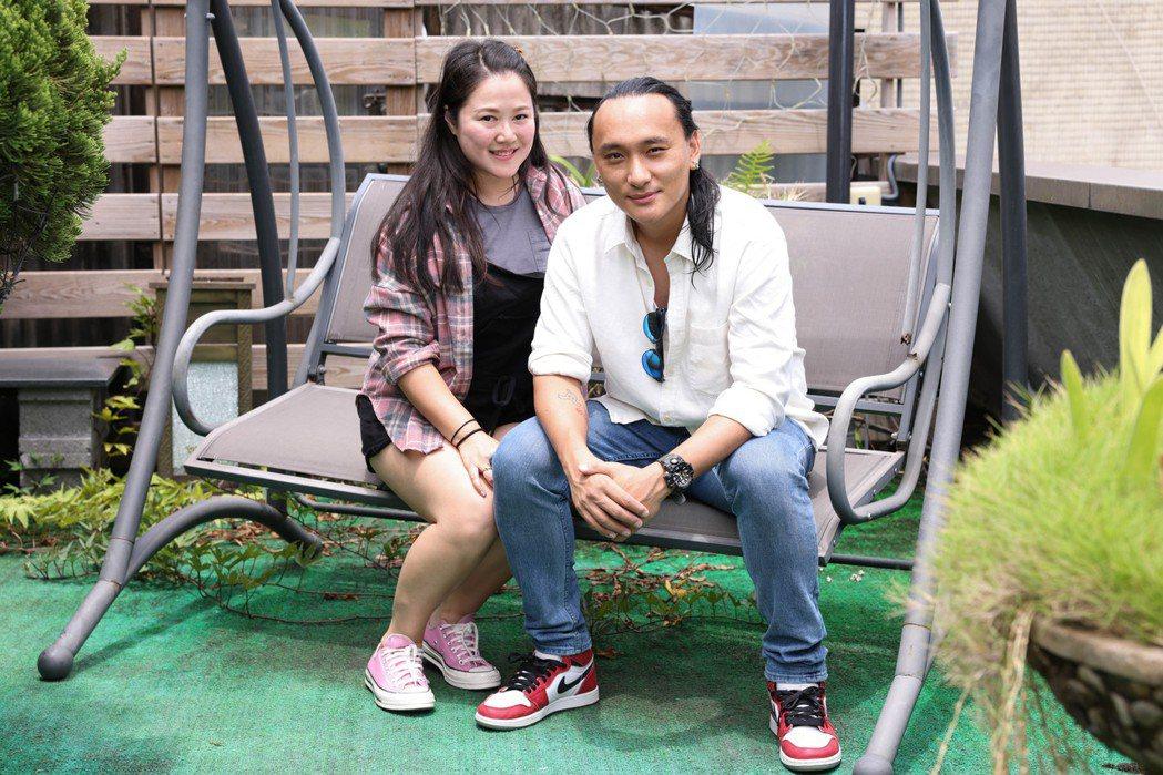 「不丹是教室」導演巴沃(右)、製片賴梵耘(左)接受媒體聯訪。圖/記者季相儒攝