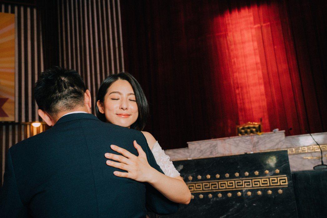賴雅妍(右)與庹宗華深情相擁。圖/華映娛樂提供