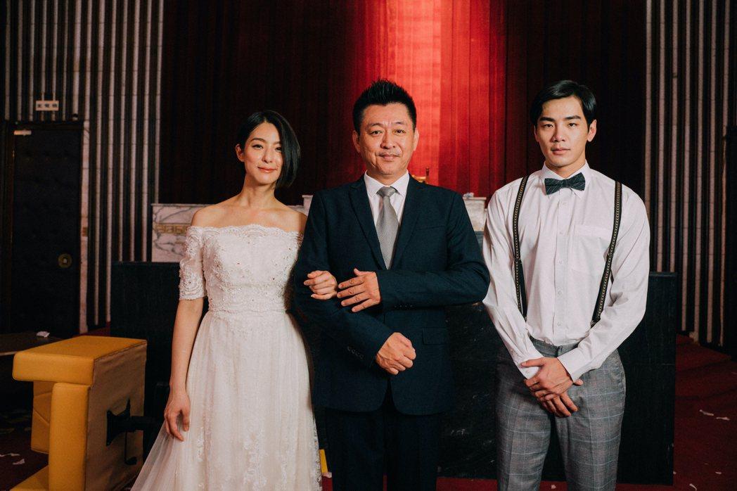 賴雅妍(左)與禾浩辰為電影「逃出立法院」拍攝婚紗照,庹宗華(中)樂得帥女婿。圖/