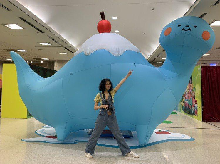 人氣扭蛋「富士山雷龍」化身4米氣球。圖/新光三越提供