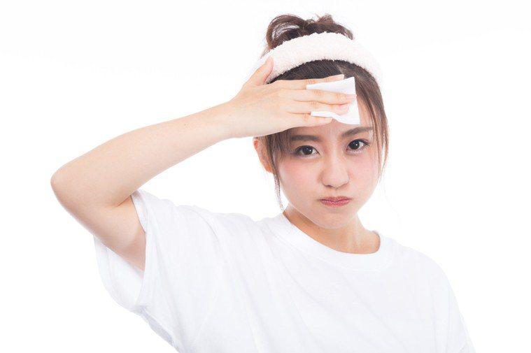 想抗老,要減少用化妝棉摩擦臉部。圖/摘自pakutaso