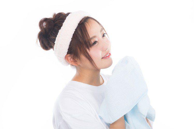 淋浴洗澡時,不要順便洗臉。圖/摘自pakutaso
