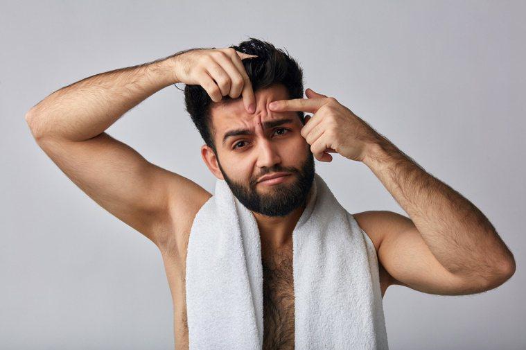 健身狂喝高蛋白增肌力,恐致毛囊炎長痘痘。圖╱123RF