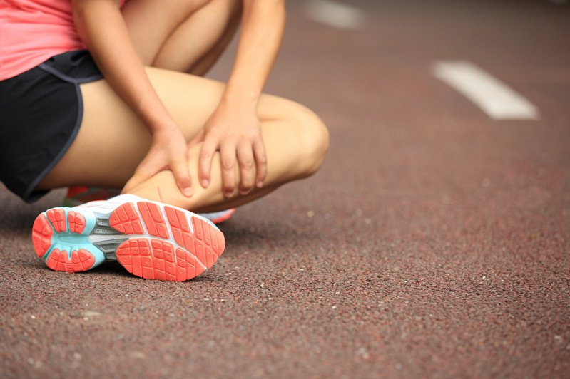 運動前要先暖身拉筋,避免腳抽筋。圖╱123RF
