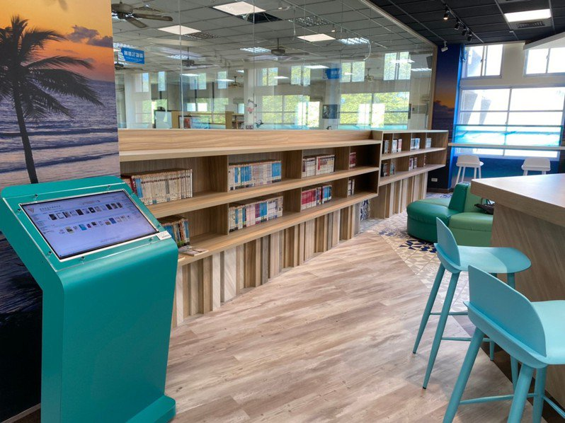 大甲高工圖書館設置校園社區共讀站,已完成第一期工程,打造海洋風的共讀站,目前僅開放上班時段。記者余采瀅/攝影