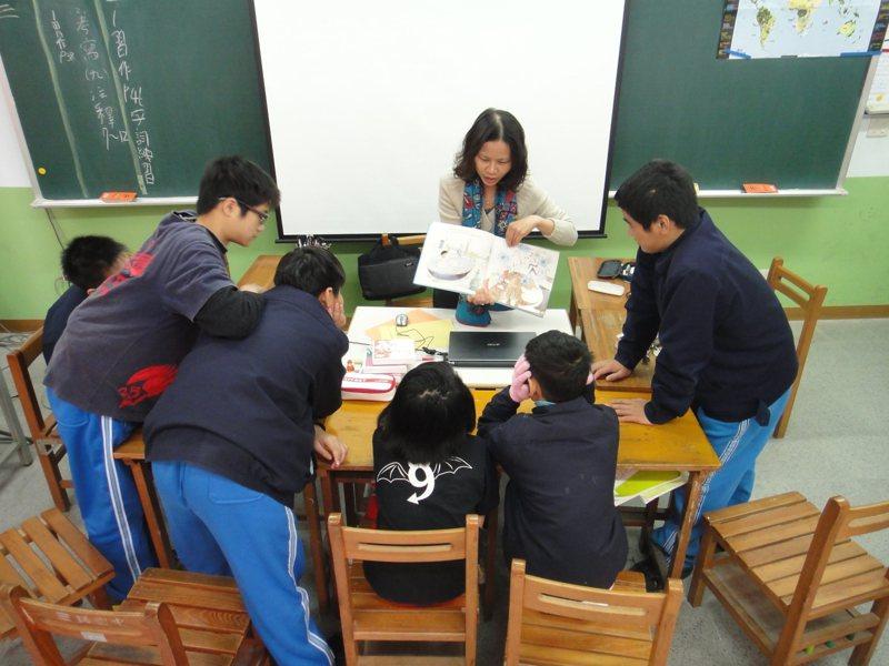 新竹市三民國中老師賴翌欣用愛與理想陪伴特教生,以創新教學方法教導,鼓勵孩子有效學習。圖/新竹市政府提供