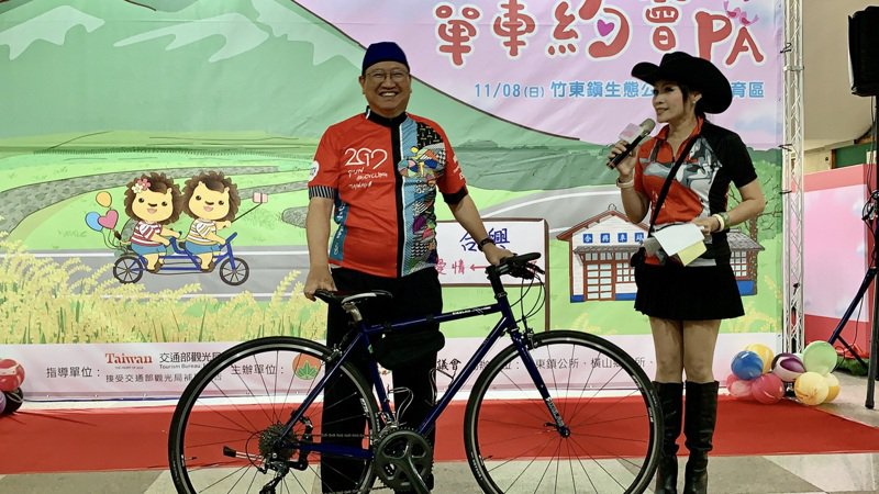 新竹縣長楊文科(左)昨天穿著車衣,邀大家11月來竹縣參加「單車約會PA」。記者陳斯穎/攝影