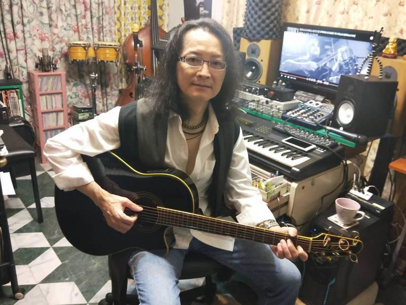 音樂創作人張祐奇作詞作曲,演唱「一定會來的春天」向醫護致敬。記者游明煌/攝影