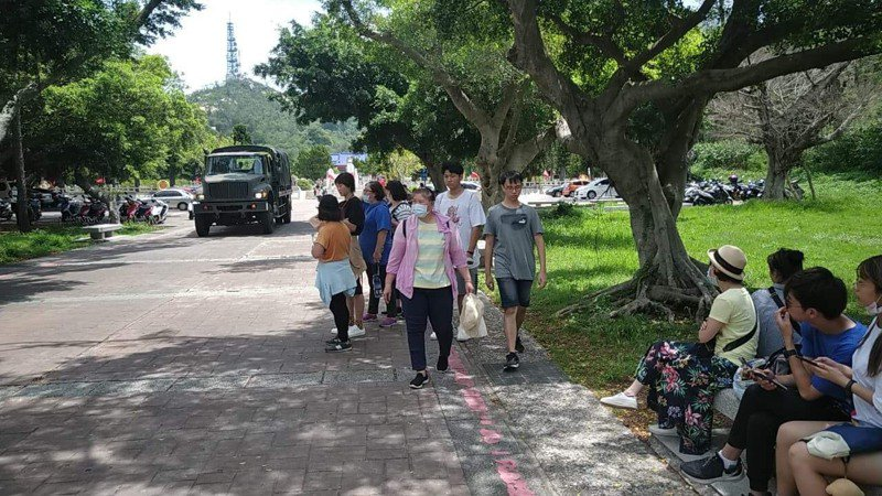 金門縣昨天傳出有遊客遭旅行社丟包,等了4小時遊覽車還沒來接,金門縣觀光處表示譴責。圖/讀者提供