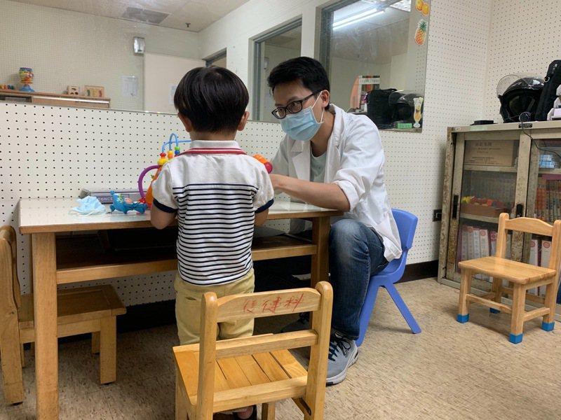 衛福部嘉義醫院指出,造成幼兒語言障礙的原因很多,需詳細評估才能對症治療。圖/院方提供