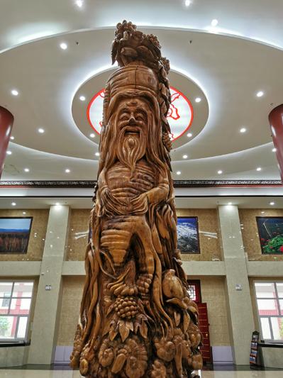 撫松人參博物館一個六米高的老山參雕刻作品,是香樟木雕刻而成,香氣充滿整館。記者賴錦宏/攝影