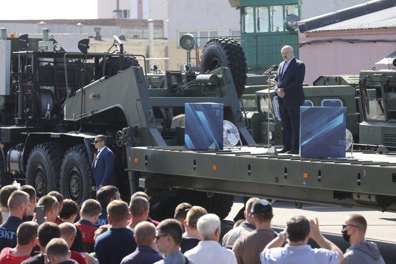 白俄羅斯總統魯卡申柯(右)十七日到國營事業工廠演說,幾乎是被噓下台。(美聯社)