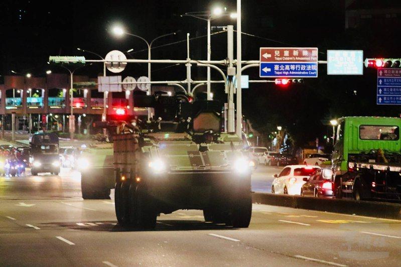 憲兵第202指揮部裝步第239營所屬雲豹甲車隊今(18)日凌晨在台北市執行夜間戰術機動。 圖/軍聞社提供