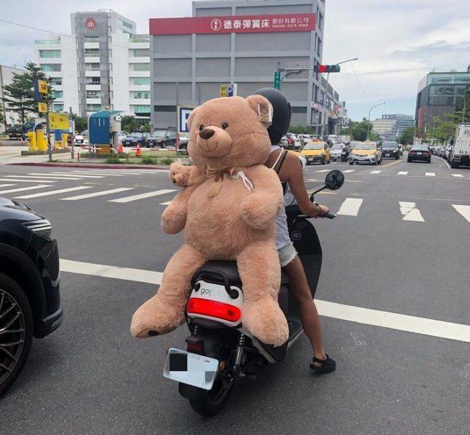 女友無視旁人眼光,只為了載心愛的熊熊回家。 圖片來源/Dcard