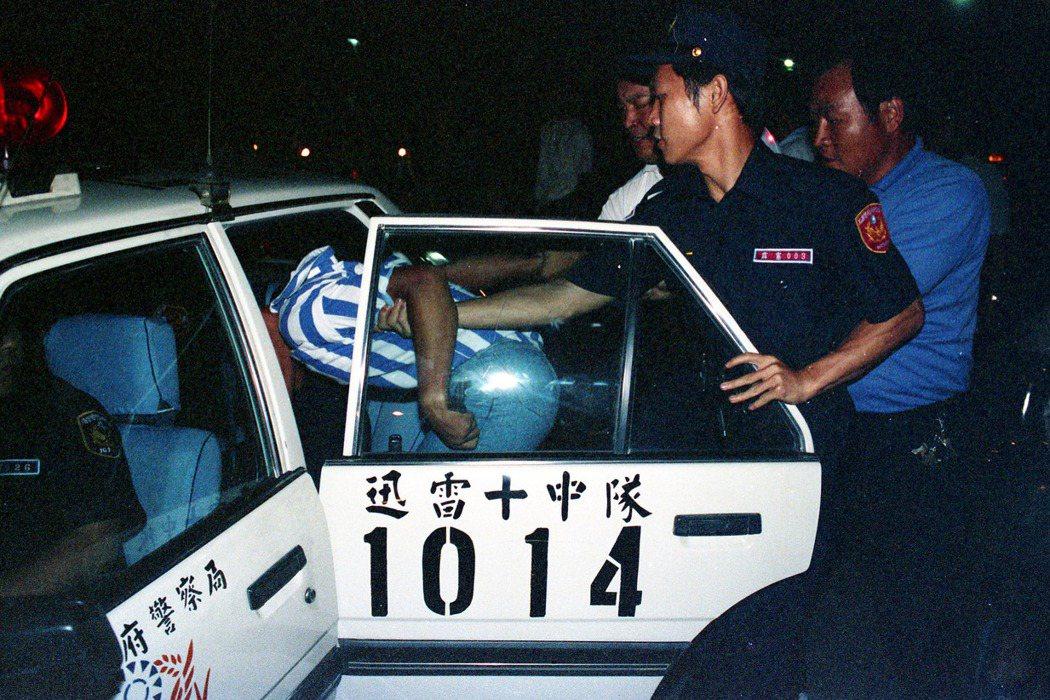 在民國86年修正前,少事法83-1條仍以較被動的「鼓勵少年自新向善」為目的。圖為民國77年北投警察局逮捕飆車少年。 圖/聯合報系資料照