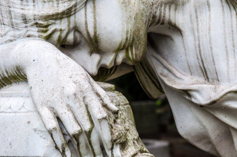 悲傷,是失去之後所出現的情緒適應過程,因此健康的悲傷是能幫助適應,當在悲傷的狀態,正接受失去的事實,人總需要為失去的人事物哀悼,才能好好放下。圖片來源:ingimage