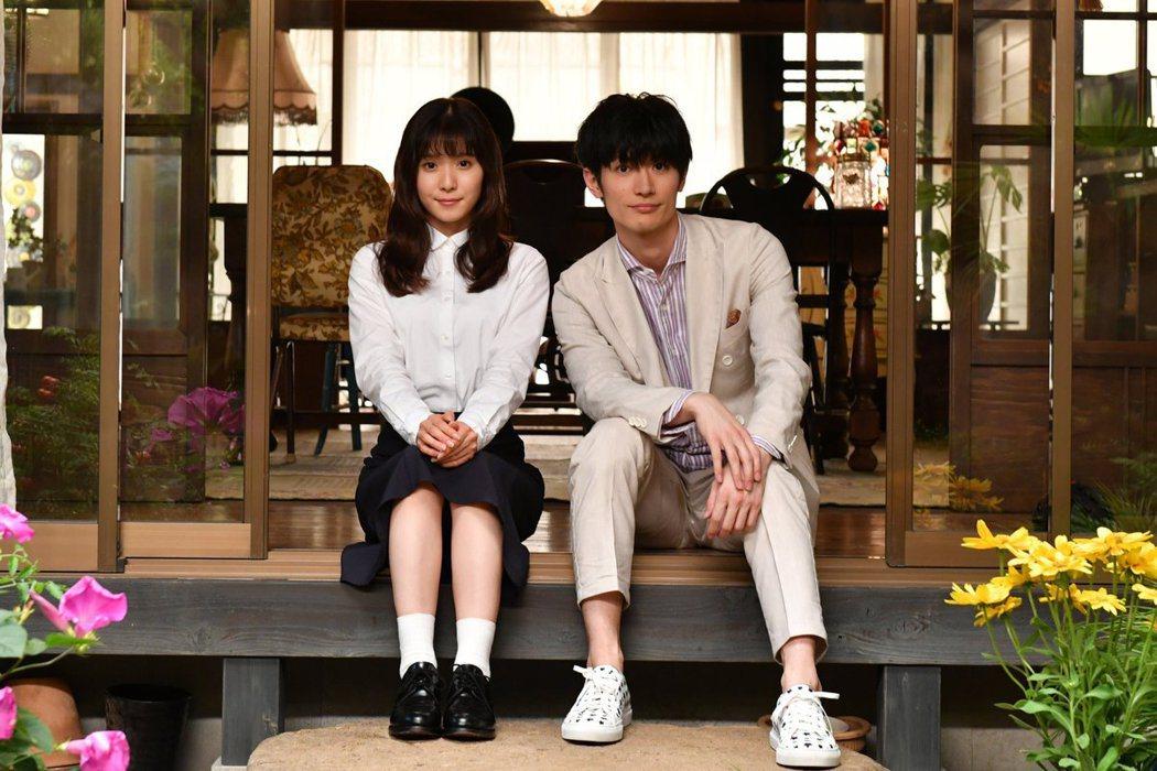 松岡茉優與三浦春馬演出「錢的盡頭是愛情的開始」。圖/擷自推特